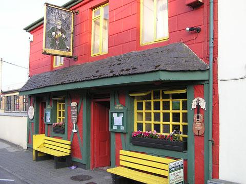 """Natürlich wurde auch ein typisch irisches Pub besucht. Guiness und Irish Coffee standen am Speiseplan. Im original Irish Coffee kommt Jameson Whiskey zum Einsatz. Tipp zum Bier: Bitte nie """"half a pint"""" bestellen, das machen nur Touris und Weicheier."""