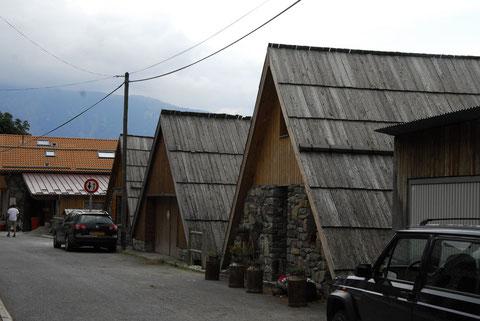 maison en toit  de lauzes. village de venanson