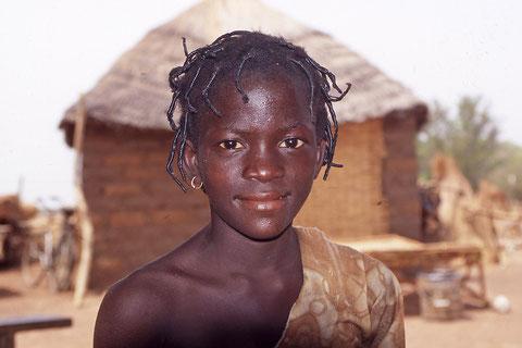 portrait d'une jeune adolescente du village