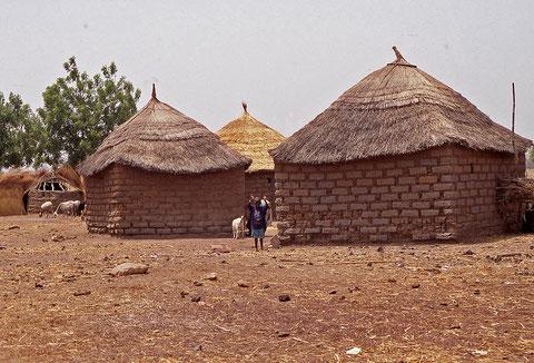 maisons de village réalisées en terre et en paille