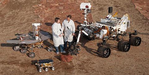 """Die Modelle der drei Mars-Rover im Vergleich: """"MER"""" (hinten links), """"Sojourner"""" (vorne links), """"Curiosity"""" (rechts) - NASA"""
