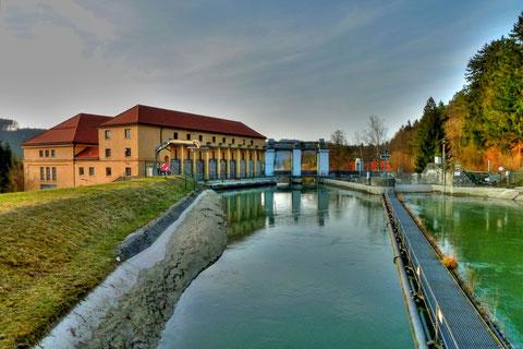 Wasserkraftwerk Mühltal - rechts der Eingang zur Floßrutsche
