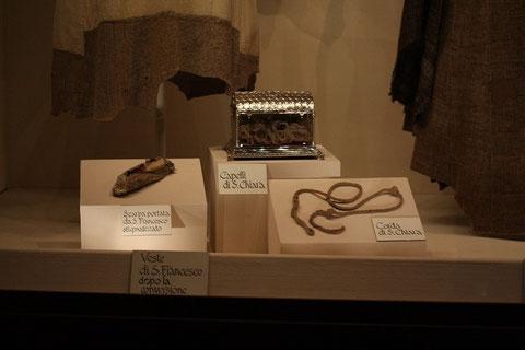 Reliquien - (von links nach rechts) Schuh vom Hl.Franziskus, Haare von Hl.Klara, ihre Kordel und Gewand von Franziskus nach dem Empfang der Stigmen.