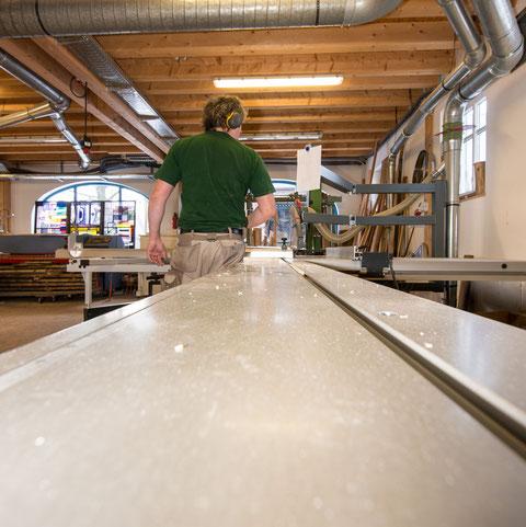 Tom Hofmann von der Schreinerei Hofmann GmbH & Co. KG an der langen Kreissäge. Leider nur von hinten.