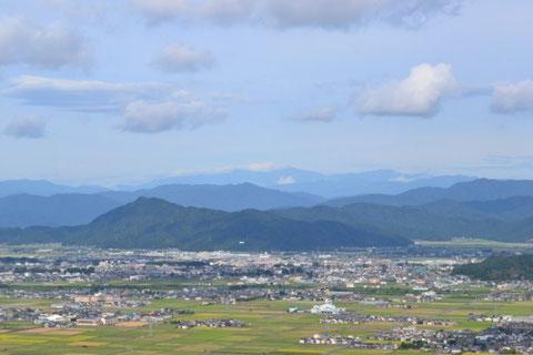 山頂から文殊山を望む                                       文殊山の向こうに剣ヶ岳、法音寺山そして白山連山(白山、別山、三ノ峰)が見渡せる