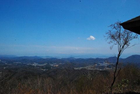 越前町や福井市南部と鯖江市が一望の下。ず~っと先に白山がぼんやりと・・・白山が見えると安心します。