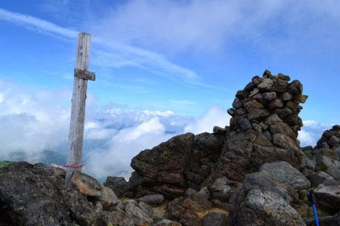剣ヶ峰の山頂 ケルンがいくつも積まれていた