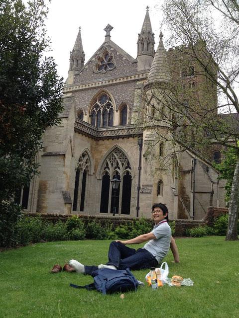 大聖堂の前でサンドイッチを楽しむ柴ちゃん