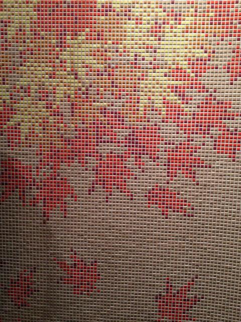 小さい四角タイルを組み合わせて絵柄を作る日本のモザイクタイル この技術はほかには無い