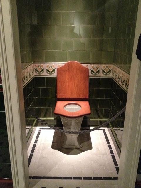 イギリスのトイレは今でも木製の便座です これには正直泣きました