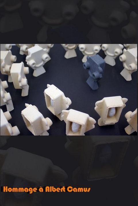 Installation - Terre refractaire et porcelaine - Longueur : 100cm - Largeur : 100cm - Hauteur : 15cm - Pièce disponible à la vente