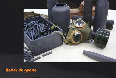 Installation - Terre refractaire, masque à gaz, briques et fils barbelés - Largeur : 100cm - Longueur : 100cm - Hauteur : 50cm - Pièce disponible à la vente