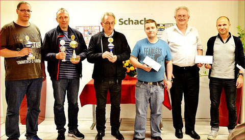 v.l. Daniel Jaber (Rg2), GM Viesturs Meijers (Sieger), FM Rolf Ernst (Rg3), Marc Jug (Rg4) sowie Udo Düssel und Paul Mathias (Rg5). Foto: Arvid Hager