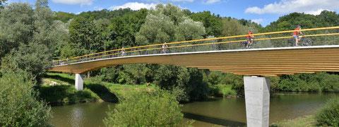 Fußgänger- und Radwegbrücke Neckartenzlingen (Planung Ing.büro Miebach, Ausführung Fa. Schaffitzel, Foto: Burkhard Walther]