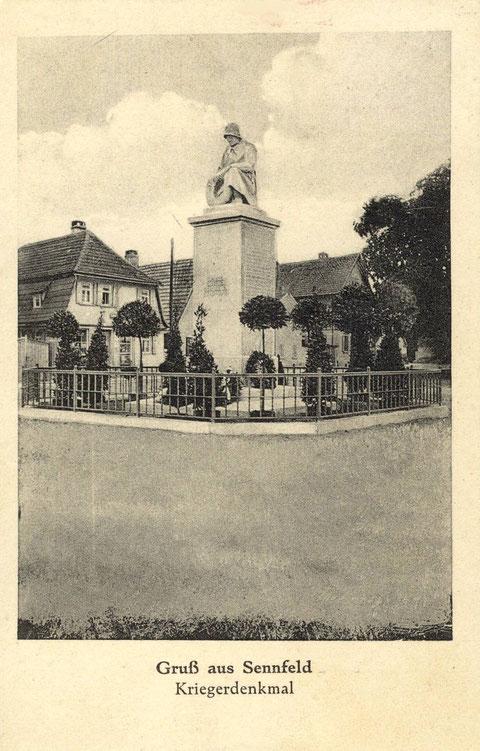 Das Kriegerdenkmal für die Gefallenen des 1. Weltkrieges wurde erst 1926 errichtet. Foto vermutlich kurz nach der Einweihung. Links die Handlung Simon Rieß