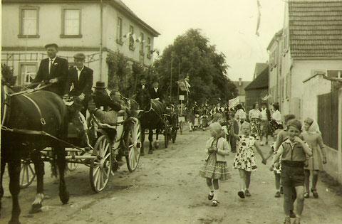 Bezirkstrachtenfest 1953 in Röthlein - links das Pfarrheim - Landrat-Wolf-Straße - Danke für den Hinweis an Herrn Maximilian Nunn