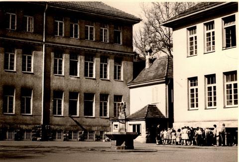 Innenhof Ludwig-/Friedenschule um 1960 oder früher - Blick zum Hofeingang (Friedenstraße) am kleinen Kiosk hinter dem Brunnen gab es in der Pause Milch etc. in der Pause