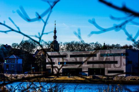 Blick über den Main auf Jugendgästehaus und St, Salvator-Kirche