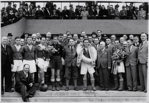Im Willy-Sachs Stadion - Willy Sachs mit Fritz Walter und der Mannschaft des FC - wohl Anfang der 1940er