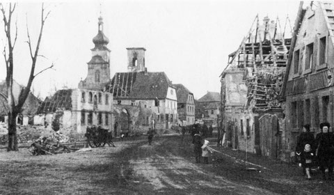 Marktplatz mit Kirche - Kriegsschäden