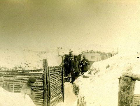 """Bat. Schweinfurt, """"unsere Stellung in Russland Winter 1917, Unt.offiz. Fischer mit Stahlhelm und Gasmaske"""""""
