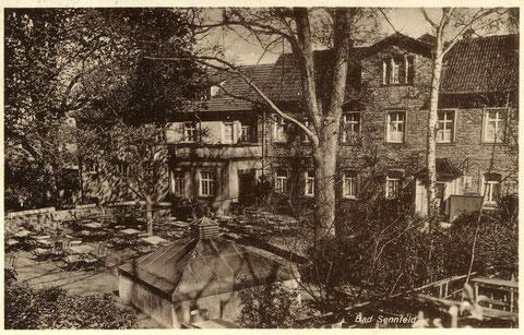 Bad Sennfeld. 1927 wurde der vom Architekten Johann Fischer geplante Umbau vollzogen. Das erste Badehaus links vom Hauptgebäude wurde aufgestockt, eine Altane als Wartezimmer angebaut und die Sturzbadhalle abgerissen