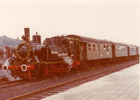 Die letzte Fahrt der 98 812 zwischen Bad Neustadt/Saale und Bad Königshofen. Mit 4 Umbaudreiachsern (aufgenommen im Bahnhof Bad Neustadt/Saale, im Hintergrund die Salzburg)