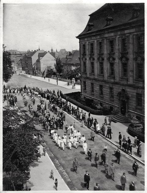 Aufzug in der Luitpoldstraße - rechts hinter dem Justizgebäude die Barthelsvilla am Jägersbrunnen - vor 1940