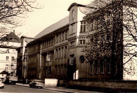 Ludwigschule um 1960 oder früher - im Hintergrund St. Josef KH