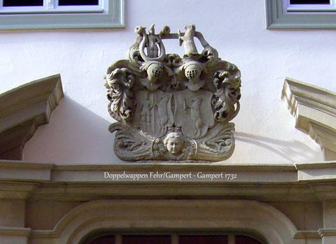 Das Wappen symbolisiert die Verbindung der Familien Fehr und Gampert durch Eheschließung