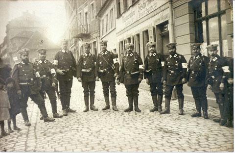 """Mannschaft des Roten Kreuzes vor der Gaststätte """"Mainaussicht"""", links Otto Winter"""