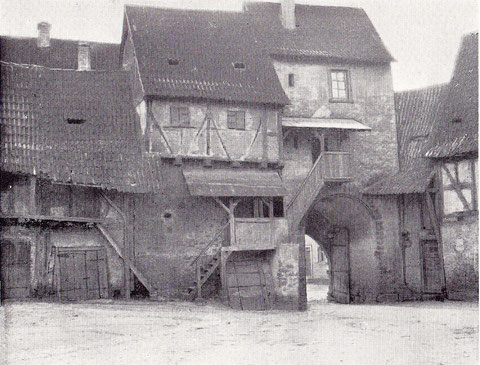 Alte Gaden - Keller mit Aufbauten - welche, wie auch in Geldersheim, die Kirche umschließen (dieses und nächstes Bild)