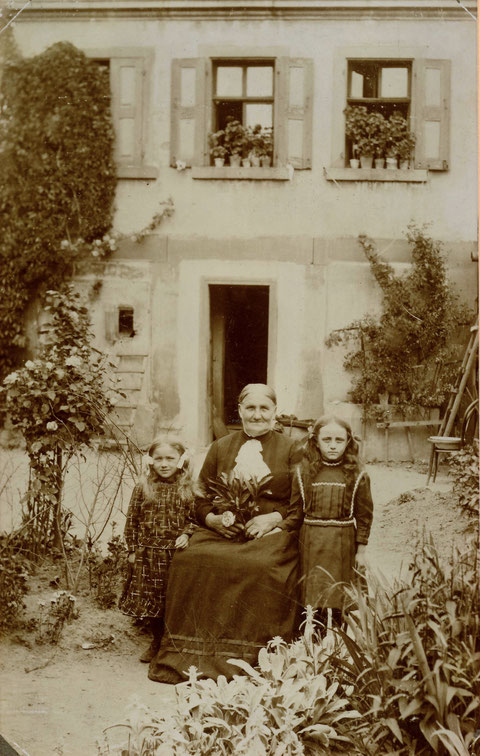 Friedrich-Ebert-Str. 1, 1896, Elisabeth grimmer, geb. Dümmler mit ihren Enkelinnen - Danke an Helmut Lindner