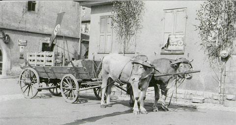1933 mit Hakenkreuzfahne am Zeughaus; rechts Feuerwehrhaus
