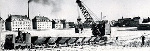1929 - Die erste Dieselbaggerraupe in Schweinfurt; dahinter die Kreuzstraße. Der Schlot links gehört(e) zu FAG, das Haus rechts im Hintergrund ist die alte Hauptpost in der Bahnhofstraße, mit Türmchen auf dem Dach!