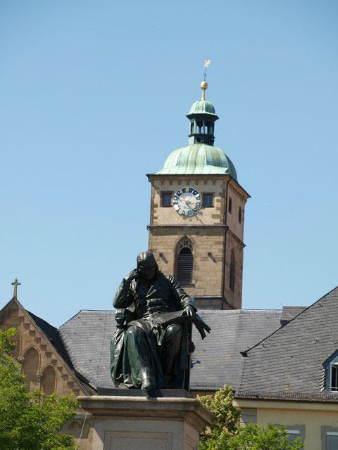 Rückertdenkmal auf dem Marktplatz mit St. Johannis-Kirche