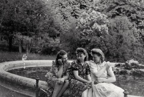 3 Grazien in der Wehr am Brunnen - ca. 1940