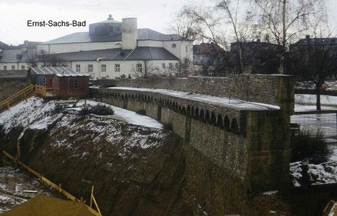 Die Stadtmauerinnenseite beim Bau des ehemaligen Parkhauses Hadergasse, das 2011 wieder abgerissen wurde Foto: Peter Hösel - im Hintergrund die heutige Kunsthalle