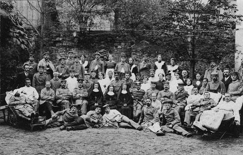 Soldaten aus dem Ersten Weltkrieg mit Krankenschwestern in Schweinfurt - bitte vergrößern! Ist eine Person bekannt?
