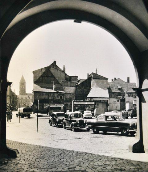 Nach dem Zweiten Weltkrieg behelfen sich an dieser Stelle (ca. 1948) Geschäftsleute mit Notbaracken