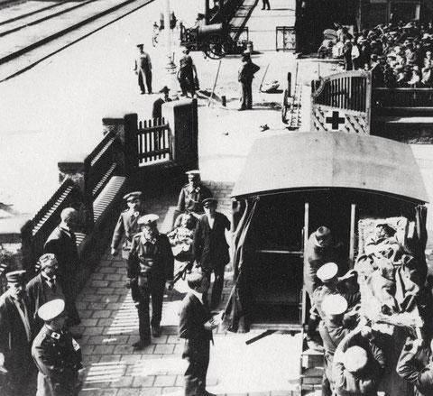 Verwundetentransport am Schweinfurter Hauptbahnhof ins Lazarett