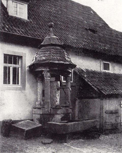 Brunnen-Häuschen im Hofe Haus Nr. 4 - Steinerne Brüstung mit Steinsäulen darüber, kuppelartiges Dach, Anno 1802