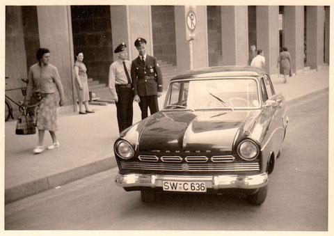 Städt. Polizei vor dem Rathaus