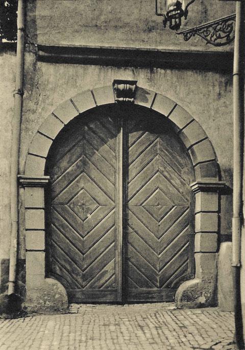 Der Eingang zur Reichsvogtei vom Wenckheimer Gässchen aus um 1910 (am Ende zum Martin-Luther-Platz)