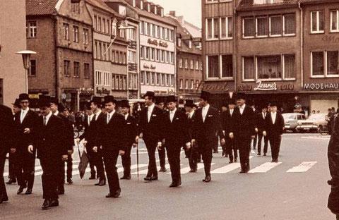 21. Juli 1966 - auf dem Marktplatz laufen die ersten graduierten Ingenieure des Balthasar-Neumann-Polytechnikums