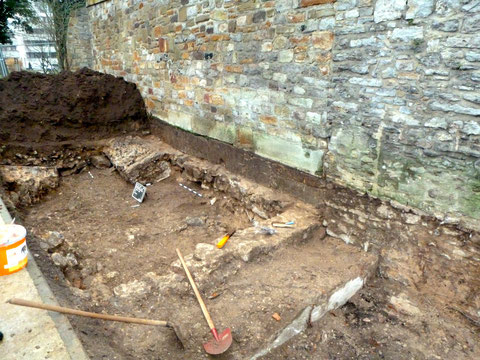 Auf diesem Foto deutlich erkennbar: der braunfarbige Teil der Stadtmauer ist die Schließung der Lücke direkt nach dem Zweiten Weltkrieg, als eine Bombe den Turm und die Mauer an dieser Stelle zerstörte