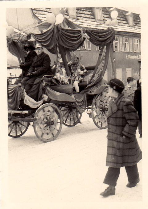 Faschingsumzug in den 1950ern Am Jägersbrunnen; rechts hinten die Metzgerei Pfannkuch