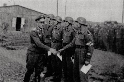Luftwaffenhelfer der Ausbauschule f. Jungen in Coburg werden für ihr tapferes Verhalten bei den Angriffen am 24.02.1944 und 13.04.1944 mit dem Kriegsverdienstkreuz mit Schwertern 2. Klasse ausgezeichnet.