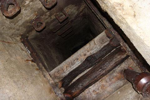 Der Notausstieg zur Neuen Gasse. Hier wurden nach einem schweren Angriff die Schutzsuchenden aus dem Keller gezogen