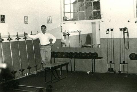 Harry Gelbfarb Studio Friedhofstraße - Harry Gelbfarb in seinem Studio in der Friedhofstraße, umringt von seinen Hanteln